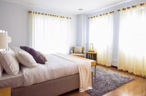 rideaux des fenêtres dans la maison